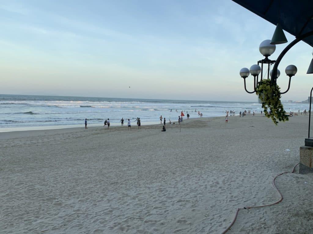 閑散としたダナンの浜辺